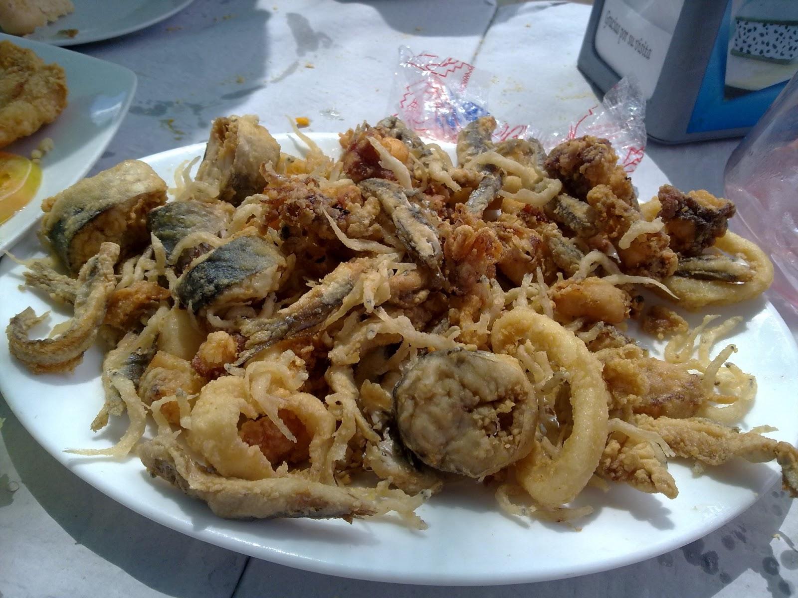 Fritura variada de pescado en chiringuito de las playas de Málaga