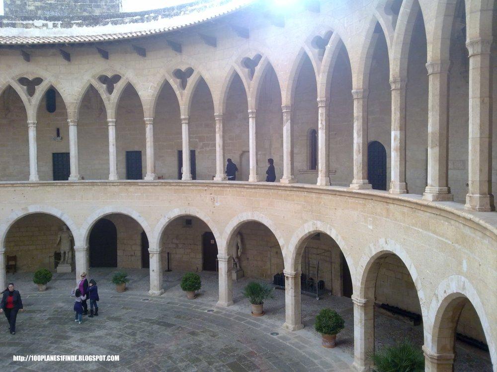 Patio de armas del Castillo de Bellver en Palma de Mallorca