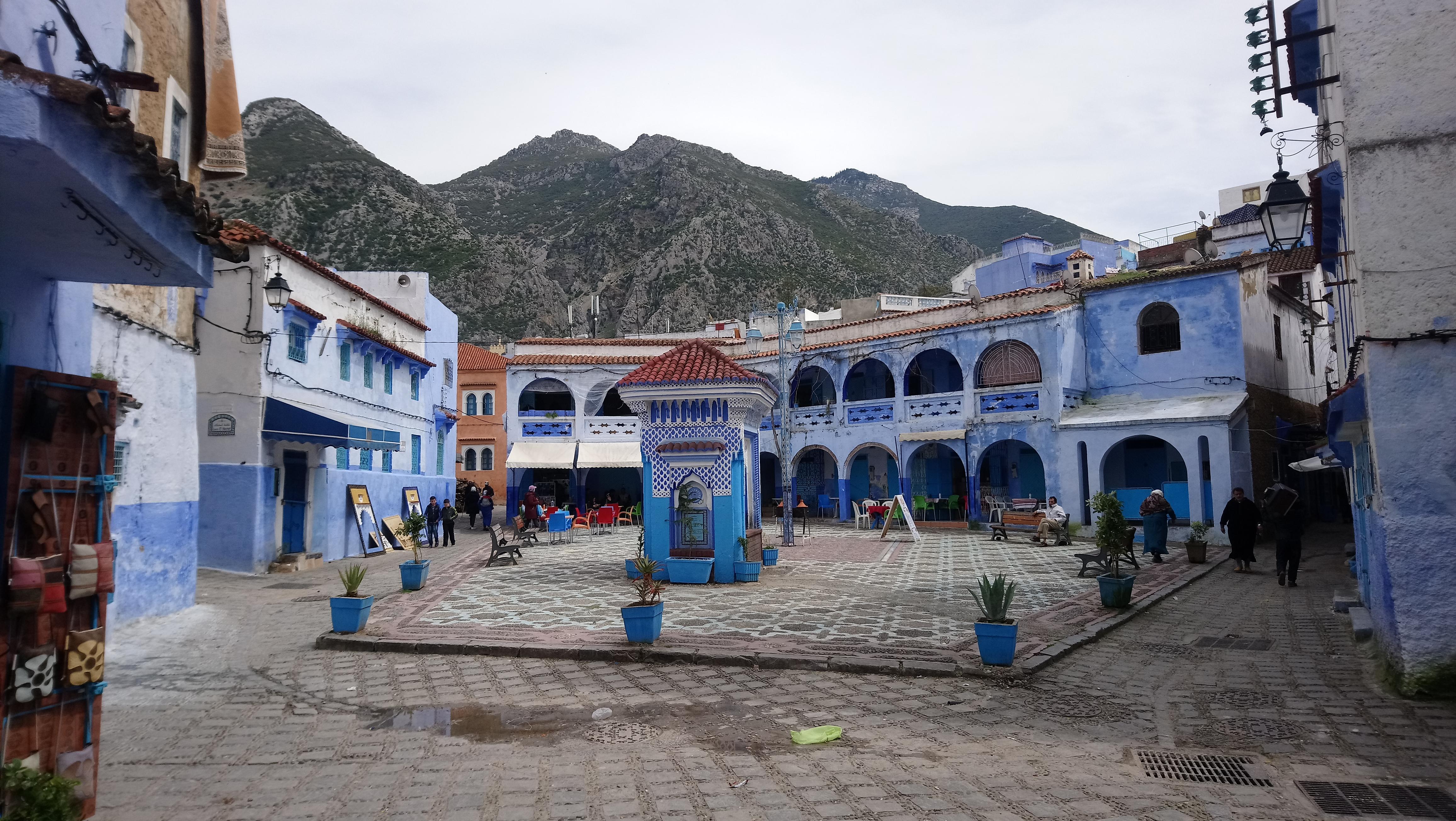 Plaza con comercios en Chefchaouen