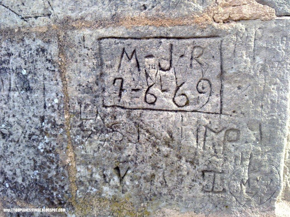 Nombres grabados en las paredes del Castillo de Bellver en Mallorca