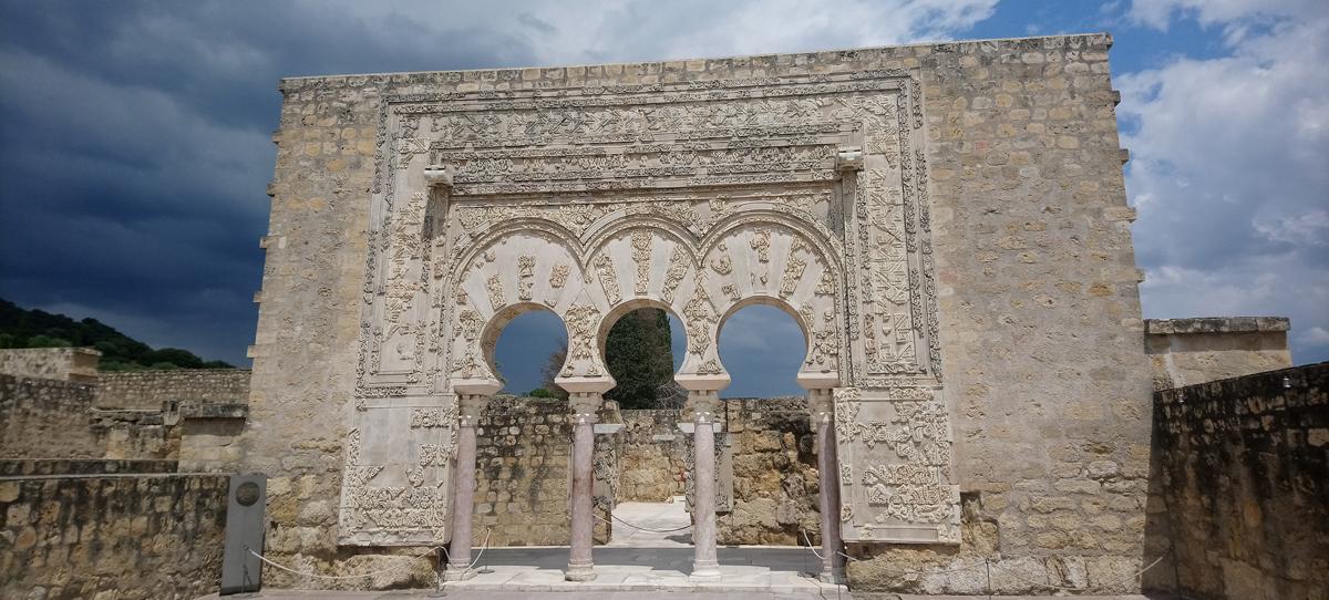 Fachada de triple arco en Medina Azahara