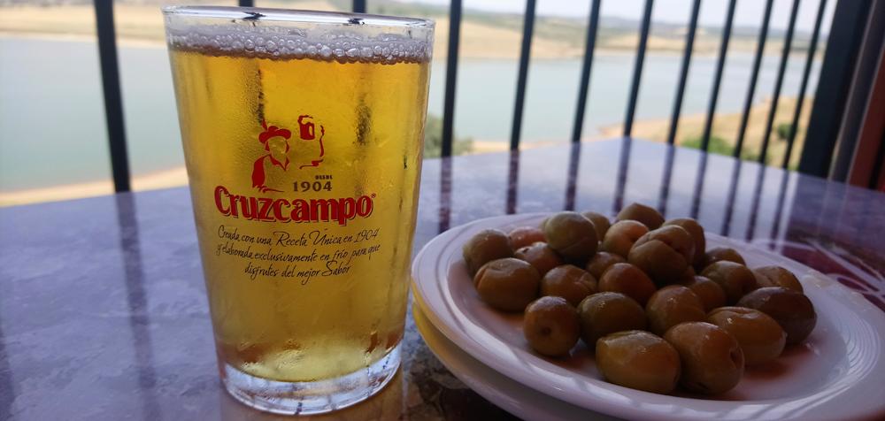 Cerveza bien fría con aceitunas aliñadas