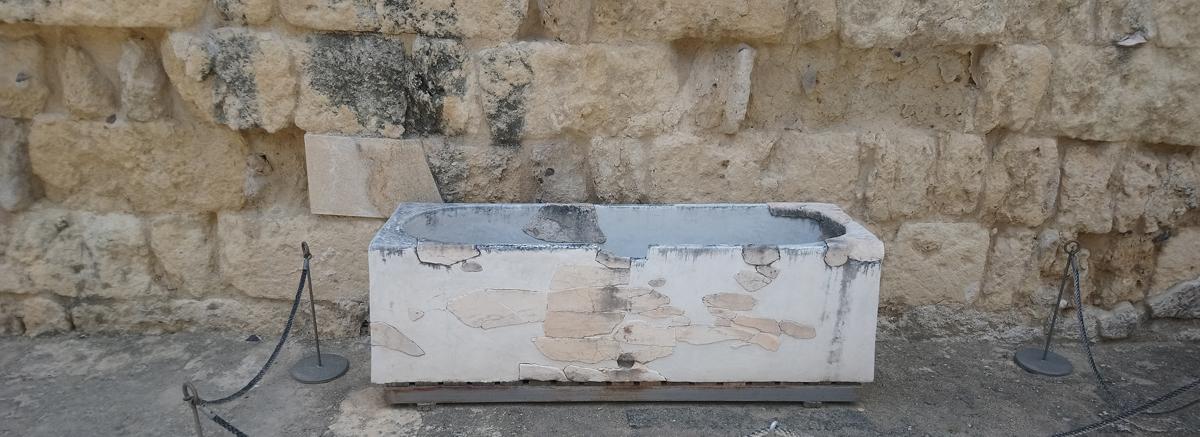 Abrevadero de mármol en Medina Azahara