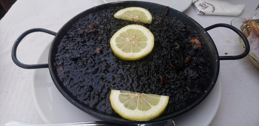 Paellera de arroz negro con chocos y gambas