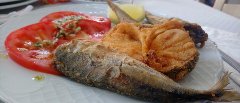 Pescado frito en el menú del día en el Bar La Palmera de Tarifa