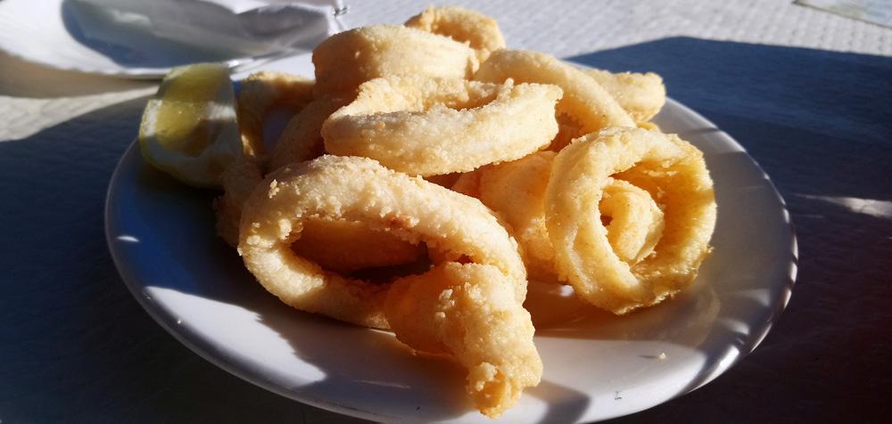Plato de calamares en el Bar Eva, en Málaga