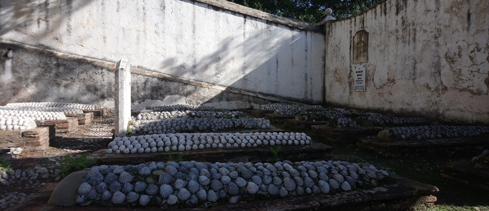 Cementerio inglés de Málaga: tumbas con conchas