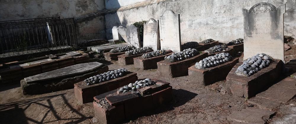 Tumbas hechas de ladrillo y conchas marinas