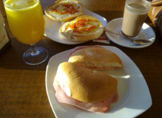Desayunos en el Bar Caribe, en El Cuervo