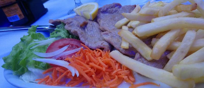 Lomo de cerdo con patatas y ensalada