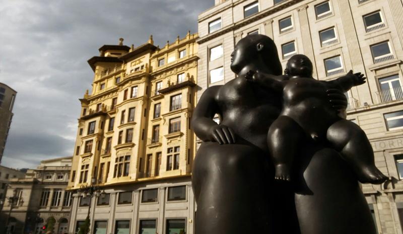 Estatua Gorda de Botero de la maternidad