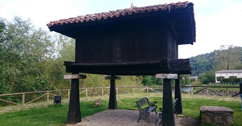 Horreo en un parque en Cangas de Onís, Asturias