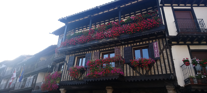 Balcón con flores en La Alberca