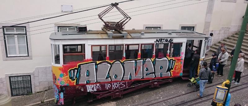 Tranvía en el mirador de San Pedro de Alcántara en Lisboa