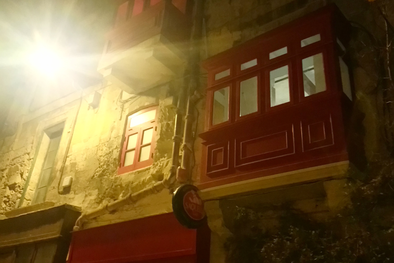 Bar de los balcones rojos en La Valeta