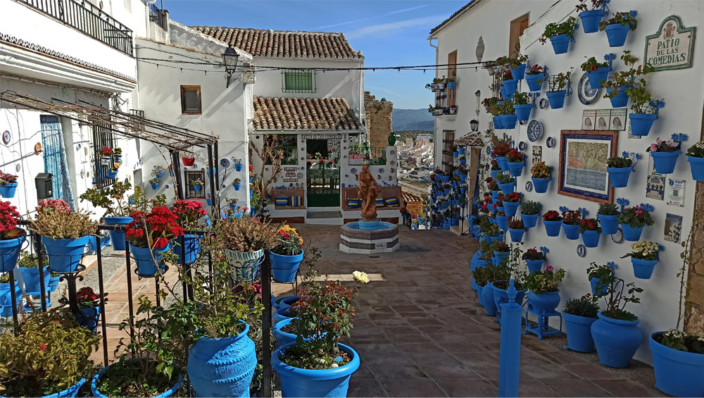 Patio de las Comedias en Iznájar con macetas azules