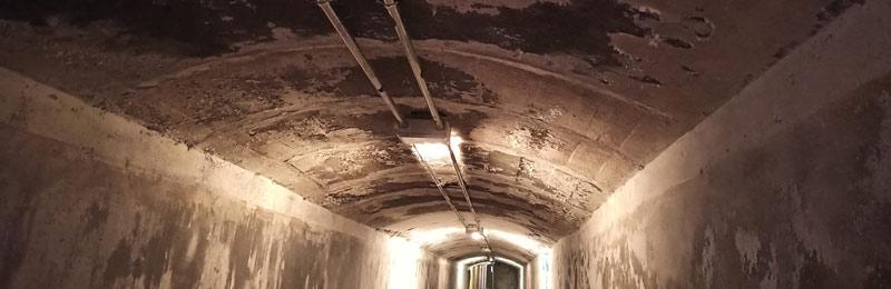 Salitre en las paredes de los Refugios de la Guerra Civil de Almería