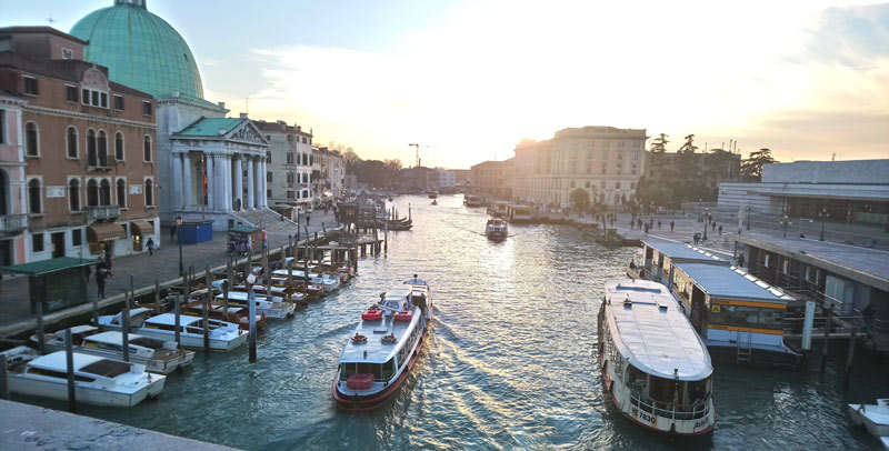 Puente sobre los canales de Venecia