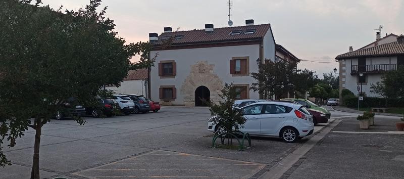 Plaza del pueblo en Salinas de Pamplona